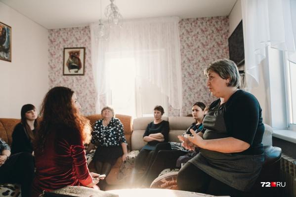 Родители восьмерых второклашек (в общей сложности семь семей) конфликтуют с учителем уже полгода. На встрече с журналистом 72.RU они рассказали, почему недовольны педагогом Надеждой Мартыновой