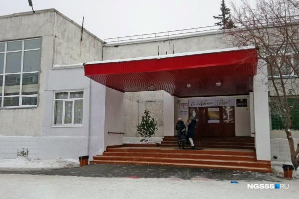 Конфликт произошёл 20 ноября. Сын омской журналистки не стал чистить снег в школьном дворе и ушёл. Дома он сказал, что почувствовал себя плохо