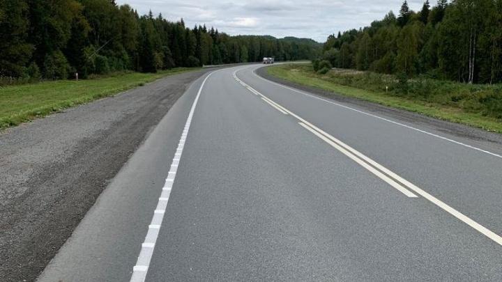 На крутых поворотах Пермского тракта нанесли разметку, которая сильно гудит под колесами
