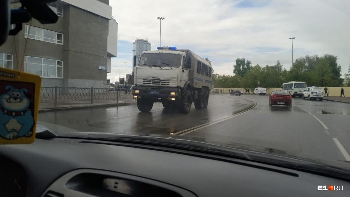 Высокинский сводил протестующих за забор в сквере и им понравилось: онлайн-трансляция