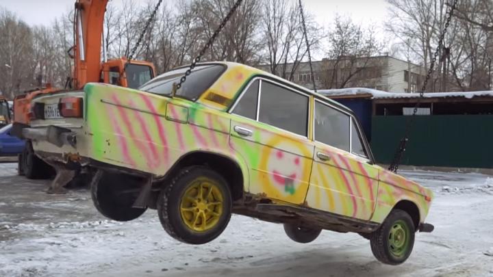 Видео: новосибирцы сделали аттракцион из машины и двух экскаваторов