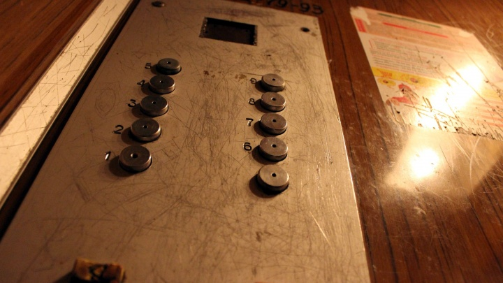 Жильцы омской девятиэтажки остались без лифта из-за застрявших внутри пассажиров