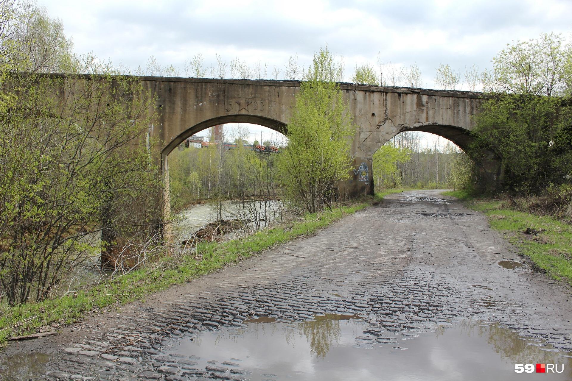 Мост 1933 года постройки. Выглядит надёжно. Узкий, похож на железнодорожный. Рельсов нет. Металл здесь не залёживается