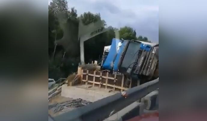 Упавший на трассе М-8 грузовик испортил день дорожникам