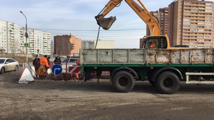 В «Солнечном» начали ремонтировать яму, в которую всю прошлую неделю проваливались машины