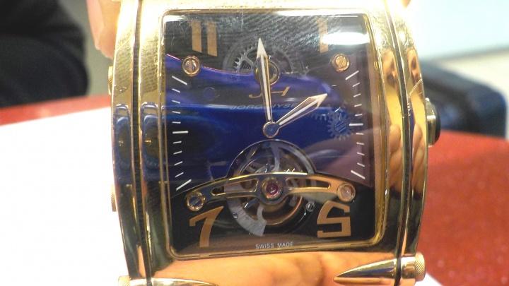 Перед полётом екатеринбуржец задекларировал в Кольцово свои часы за три миллиона рублей