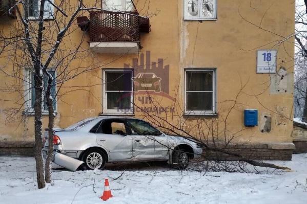 Водитель врезался в стену дома на Львовской, 18