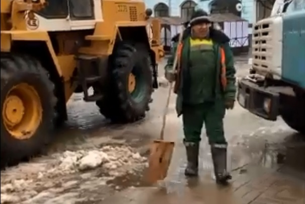 В Ярославле коммунальщики пытались вывезти снег, но он весь вытек