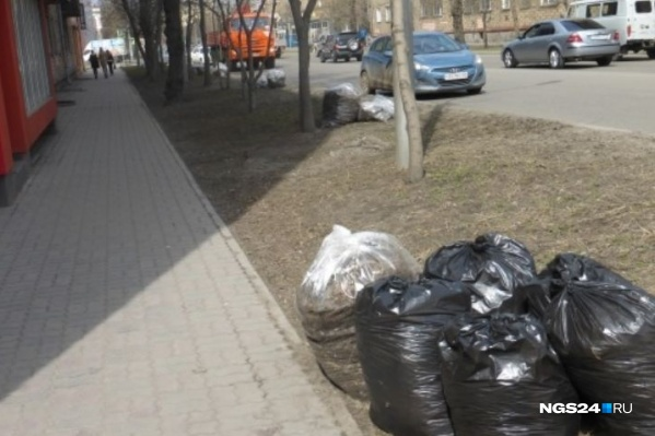 Мешки выставляют на обочину дорог
