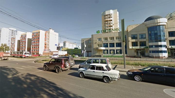 В Ленинском районе обстреляли трамвай № 15