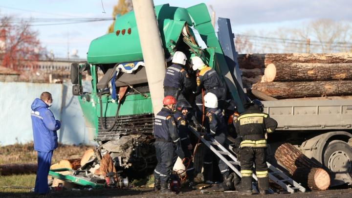 На въезде в Челябинск лесовоз влетел в столб, водитель погиб