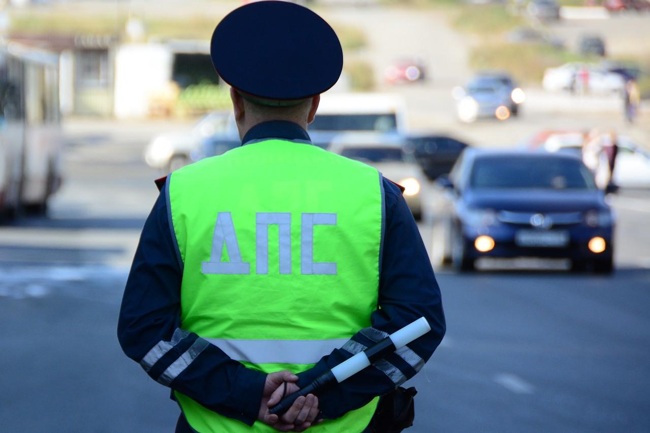 Южные инспекторы хорошо знают места, где автомобилисты нарушают часто. Дальнобойщик Эдуард, например, рассказал о развязке в районе Аксая, где дорога уходит на Джубгу: здесь, не разобравшись, транзитные водители часто выезжают на встречную полосу