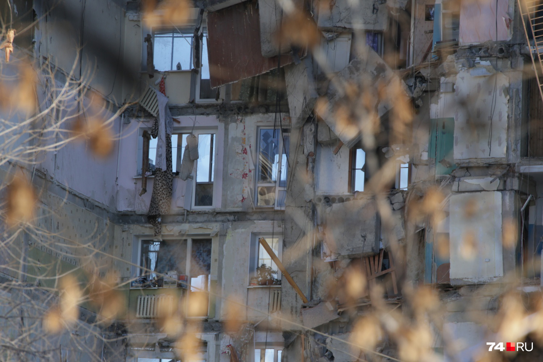 Сохраняется угроза падения обломков с верхних этажей