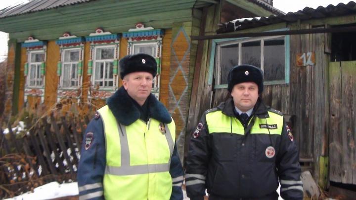 Свердловские инспекторы ДПС спасли из горящего дома молодую семью