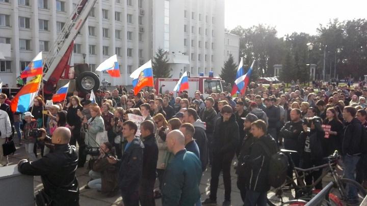 «Надо бороться и требовать!»: несколько сотен митингующих вышли к администрации Архангельска
