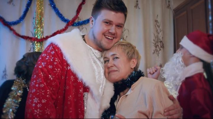 «Песня для тех, кто носил варежки на резинках»: Кирилл Нечаев снялся в новогоднем клипе