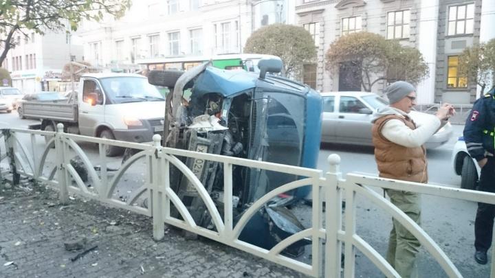 На Малышева пьяный мужчина угнал фургон и снес ограждение