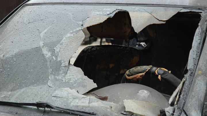 Тушили шесть спасателей: рано утром в Архангельске горел автомобиль
