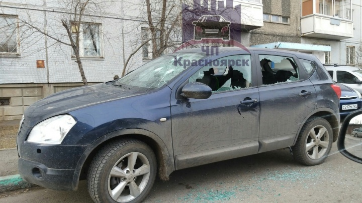 Припаркованному на тротуаре внедорожнику расстреляли лобовое стекло