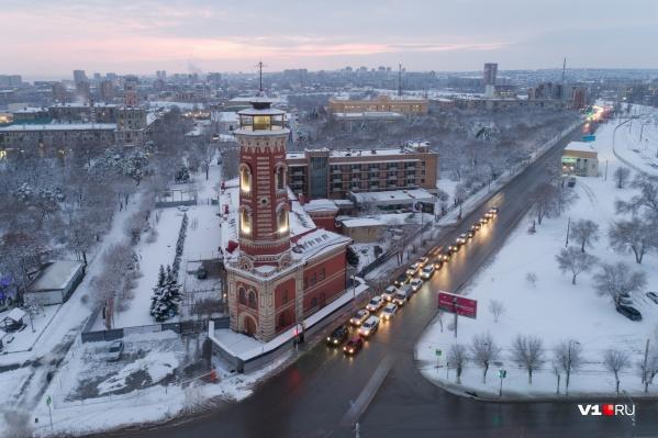 Не успевший отряхнуться от прежнего снега, город покрывается новым