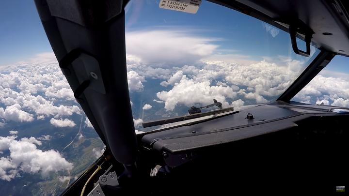 Взлеты, посадки и взбитые сливки облаков: смотрим видео из кабины самолета архангельского летчика