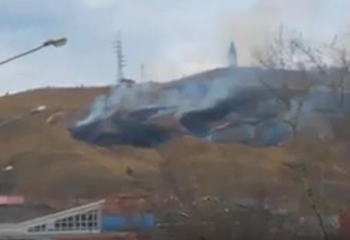 Вандалы подожгли траву у главного символа Красноярска