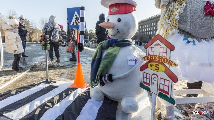 Регулировщики, режиссеры и Белоснежка: в Волгограде выбрали лучших снеговиков