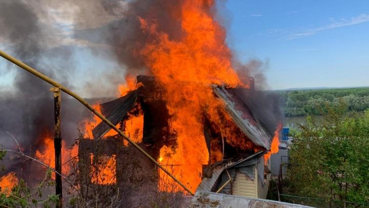 Дым видно с окраин: в Уфе горят два дома, пожар сняли на видео