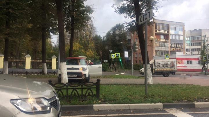 На проспекте Ленина столкнулись иномарка и «Газель»: от удара «Киа» вылетела на тротуар