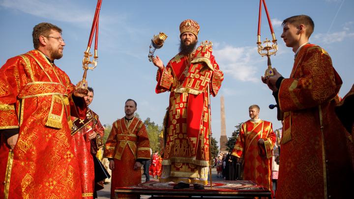 Священники, солдаты и полиция: в Волгоград прибыл благодатный огонь
