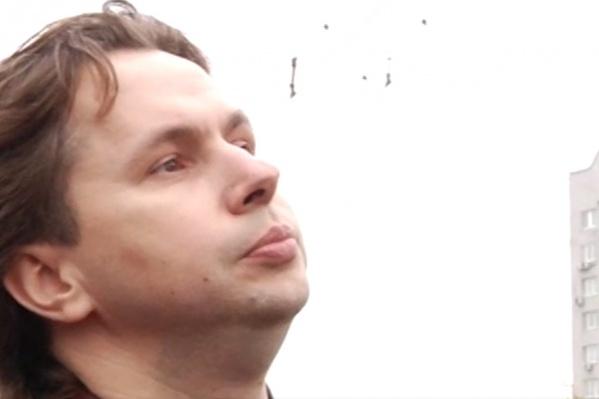 На задержании Денис Васильев стоял, поджав губы