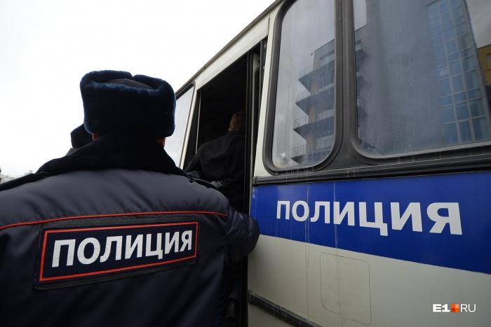 Полицейские задержали парня во дворе на Эльмаше
