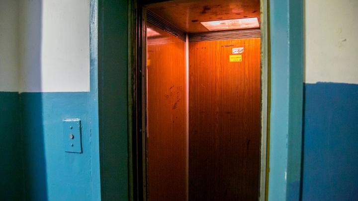 Жители многоэтажки в Зеленогорске уже 4 месяца заблокированы в квартирах из-за неработающих лифтов
