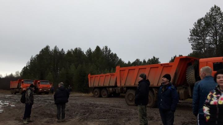 «Будем стоять круглосуточно»: жители посёлка в Коми протестуют против грузовиков, идущих на Шиес