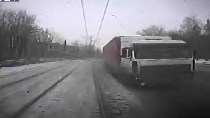 Столкновение фуры и трамвая на Сортировке попало на запись видеорегистратора