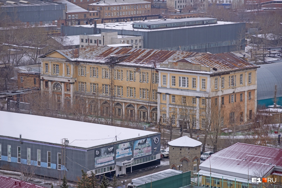 Одно из самых крупных зданий — Управление Верх-Исетским заводом