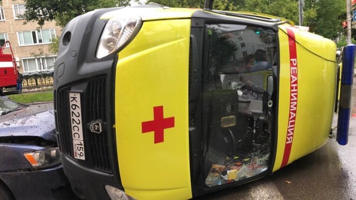 В Перми перевернулась машина реанимации — пострадали четыре человека