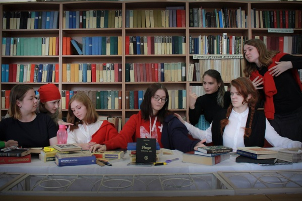 Студенты-филологи изображают картину Леонардо да Винчи«Тайная вечеря»