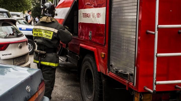 Пожарные приехали тушить горящий дом: хозяин встретил их с ножом