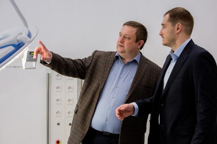 Олег  Валентинович Пахомов, главный врач клиники, и Александр Михайлович  Горячкин, заведующий отделением челюстно-лицевой хирургии