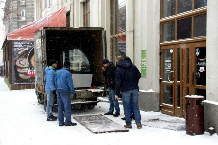 Из кофейни на улице Ленина уже вывозят оборудование и мебель