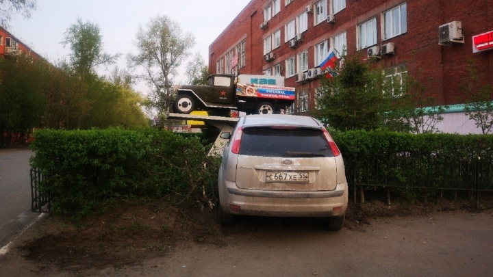 «Я паркуюсь как...»: Ford в кустах, лимузин под окнами и приподъездные лабиринты