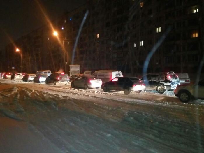 Машины, попавшие в пробку на Затулинке 28 декабря. Фото Ксении Евдокимовой