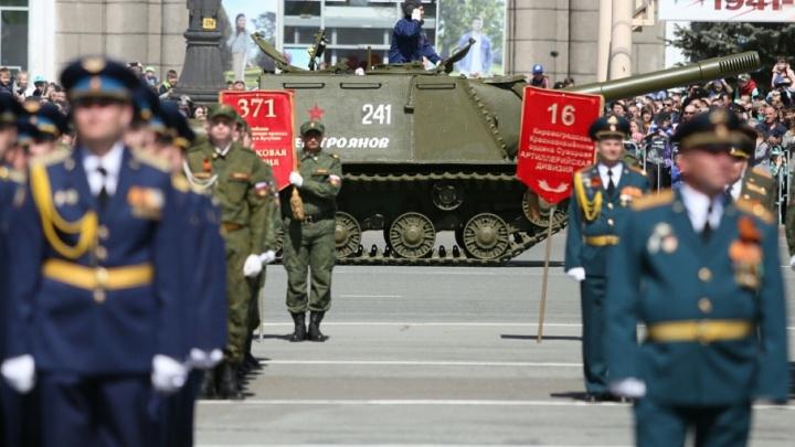 «Кукурузники», танки и кони: смотрим самые яркие кадры парада Победы в Челябинске