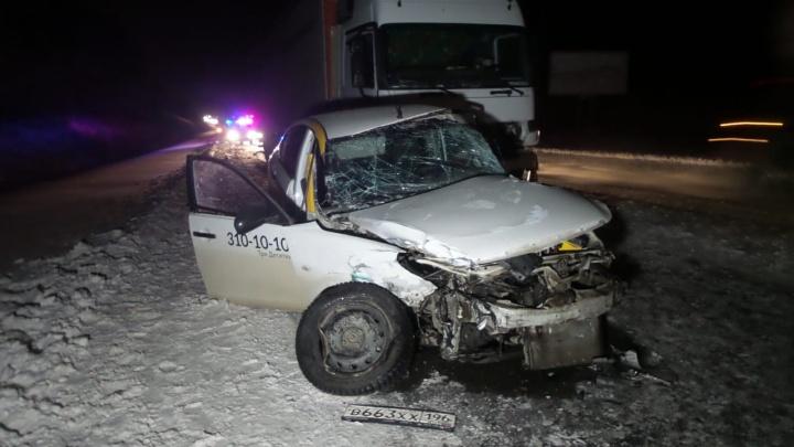 Водитель погиб на месте: на ЕКАД такси въехало сначала вHyundai, а затем в фуру
