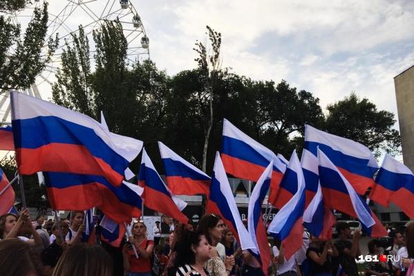 Мероприятия в честь праздника прошли на нескольких городских площадках — в том числе и на Театральной площади