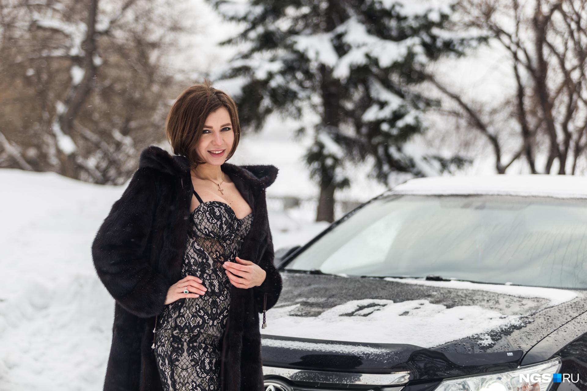 Впервые Катя села за руль «Москвича» в три года, а сегодня она владелица черной «Камри»