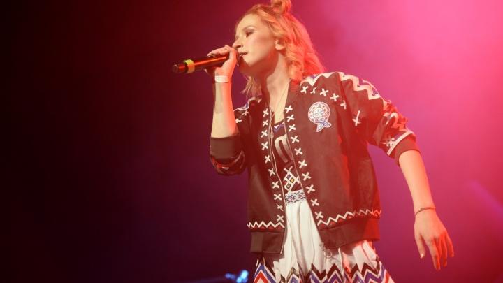 Лиза Монеточка попросила прощения у мамы и довела её до слёз на концерте в Екатеринбурге