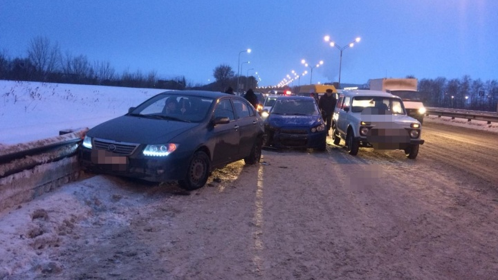 В аварии с шестью машинами в Уфе пострадала трехлетняя девочка