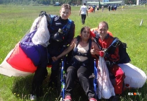 Мы рассказывали историю Насти, которая мечтала летать и в начале июля спрыгнула с парашютом с высоты двух километров